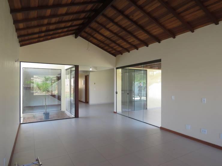 Salas / recibidores de estilo  por Aroeira Arquitetura
