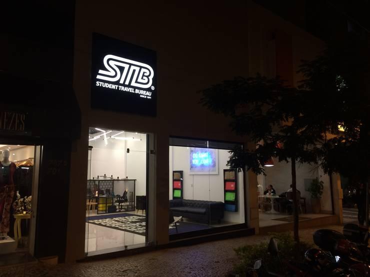 Loja STB - Student Travel Bureau: Espaços comerciais  por RENATO MELO | ARQUITETURA ,