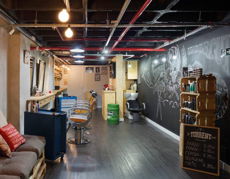 Barbearia Torrent: Espaços comerciais  por Daniel Carvalho Arquiteto