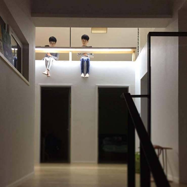 Stanza dei bambini in stile  di HAUS.O, Moderno