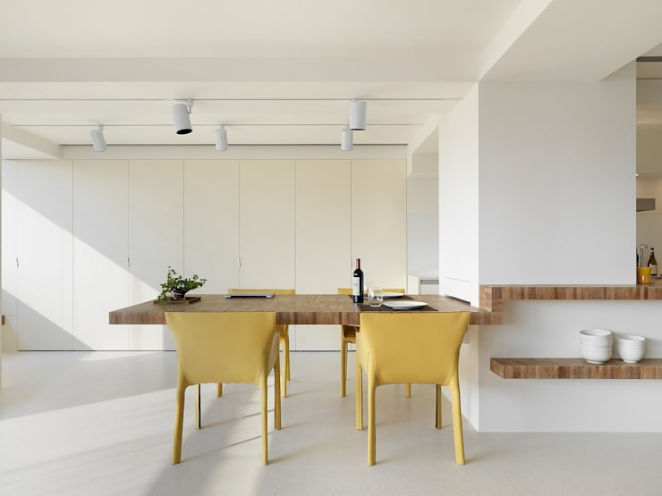 Minimalist dining room by 何侯設計 Ho + Hou Studio Architects Minimalist