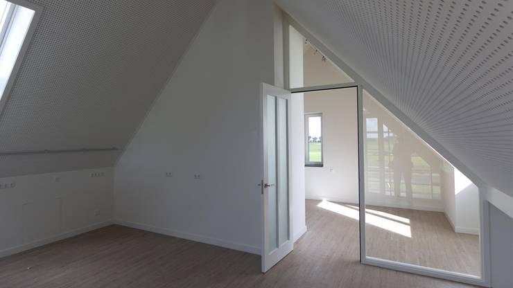 Woonhuis Bonkelaarsdijk:  Slaapkamer door GeO Architecten