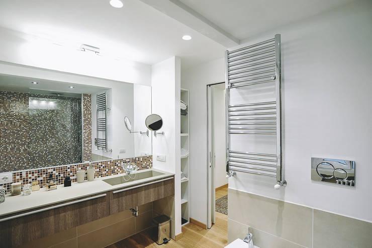 Ristrutturazione completa appartamento a Roma : Bagno in stile  di piano a
