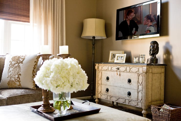 Star Power - Sitting Room: classic Living room by Lorna Gross Interior Design
