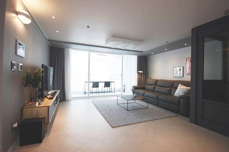 인천 부평 모던한 32평 아파트 신혼집 홈스타일링: homelatte의  거실,