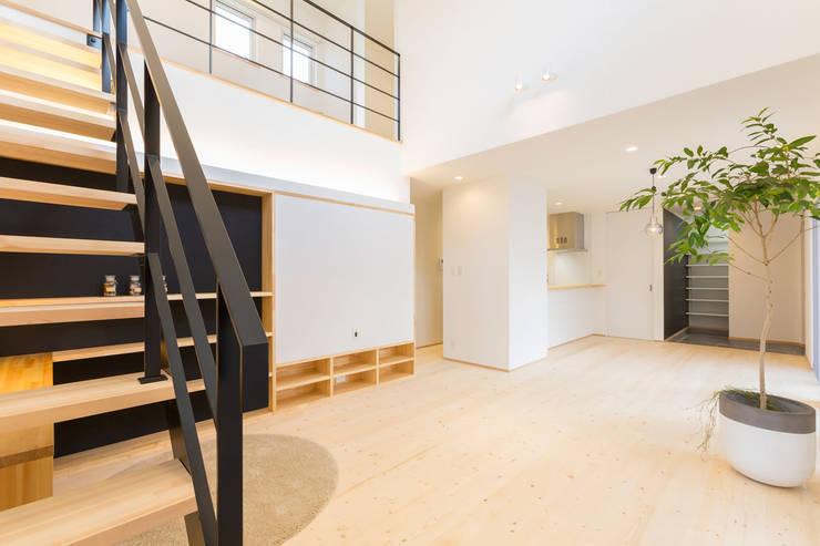 明るいリビングと大きな吹抜けのある家: KAWAZOE-ARCHITECTSが手掛けたリビングです。