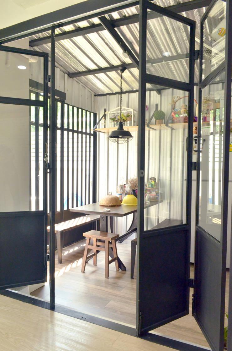 Loft townhouse:  ตกแต่งภายใน by ramรับออกแบบตกแต่งภายใน