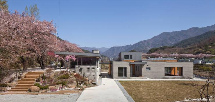 하동 두 마당집+정금다리카페 : 이한건축사사무소의  주택