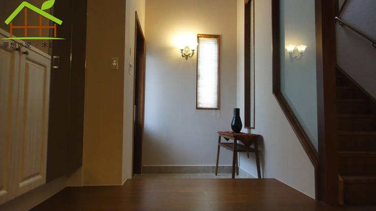 Corridor & hallway by 詮鴻國際住宅股份有限公司