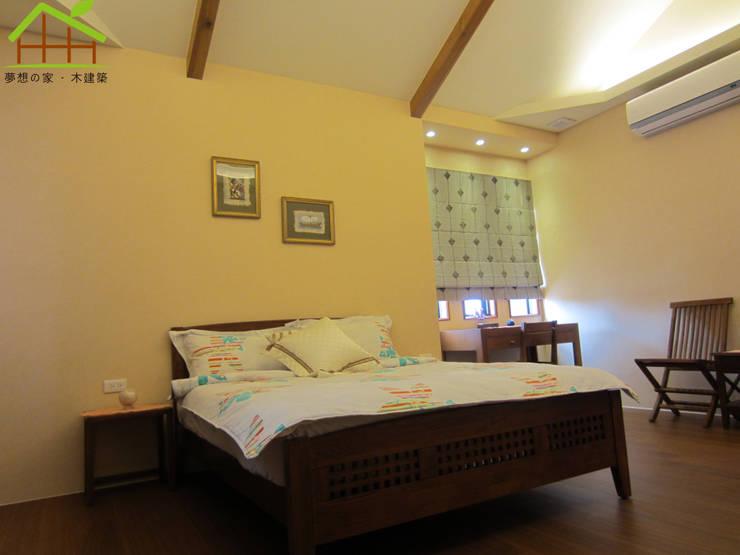 Camera da letto in stile  di 詮鴻國際住宅股份有限公司