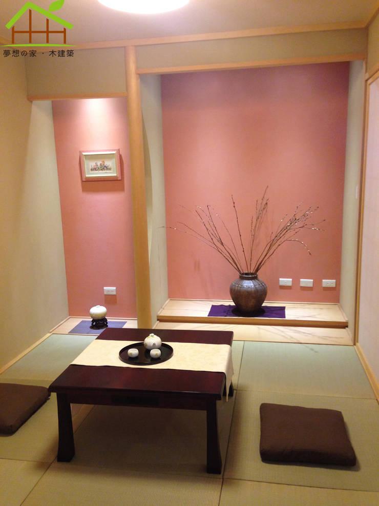 Living room by 詮鴻國際住宅股份有限公司