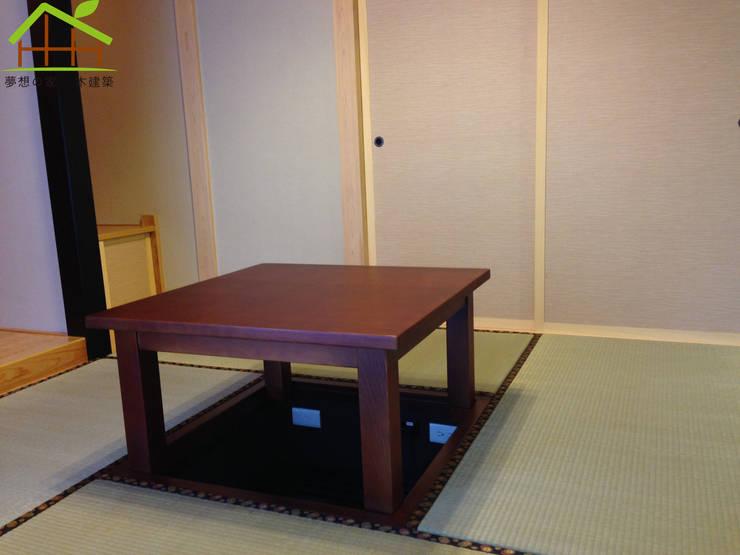 日式木結構-客製化設計:  客廳 by 詮鴻國際住宅股份有限公司