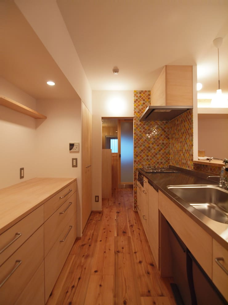 造作キッチンとカウンター式の背面収納: i think一級建築設計事務所が手掛けたキッチンです。