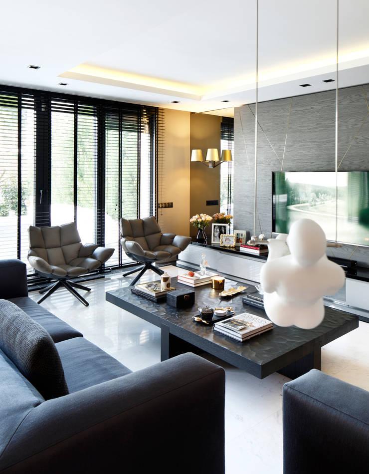 ISTINYE HOUSE:  Living room by Esra Kazmirci Mimarlik,