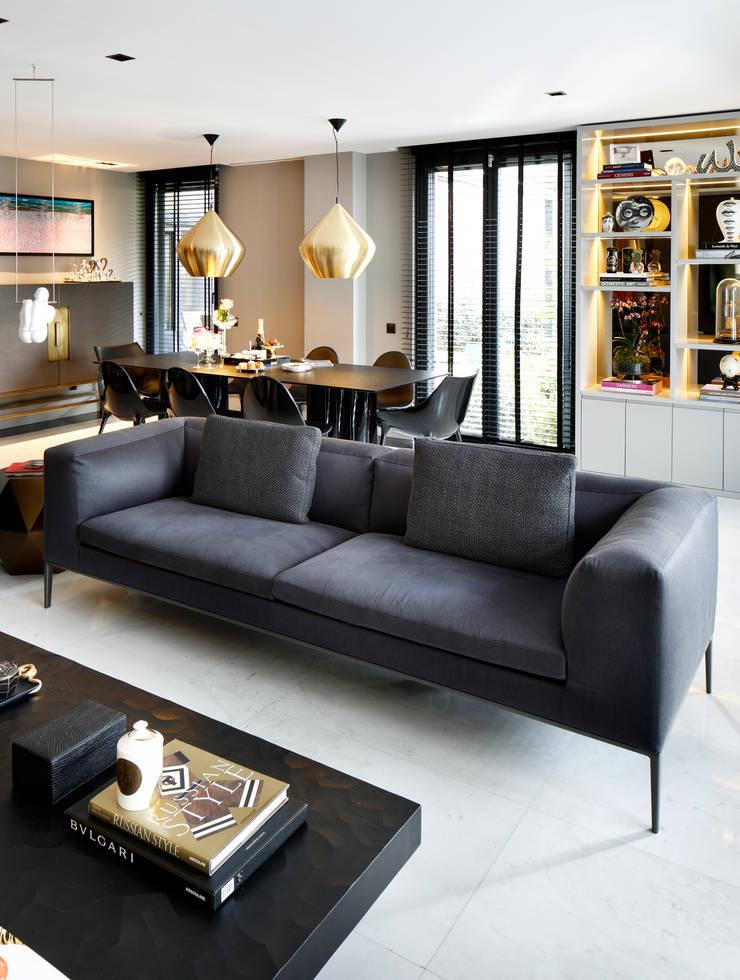 living room:  Living room by Esra Kazmirci Mimarlik,