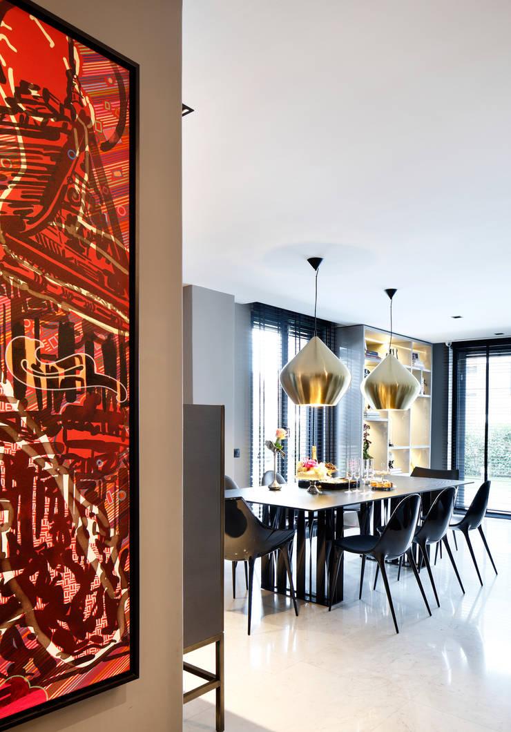 DINING ROOM:  Dining room by Esra Kazmirci Mimarlik,
