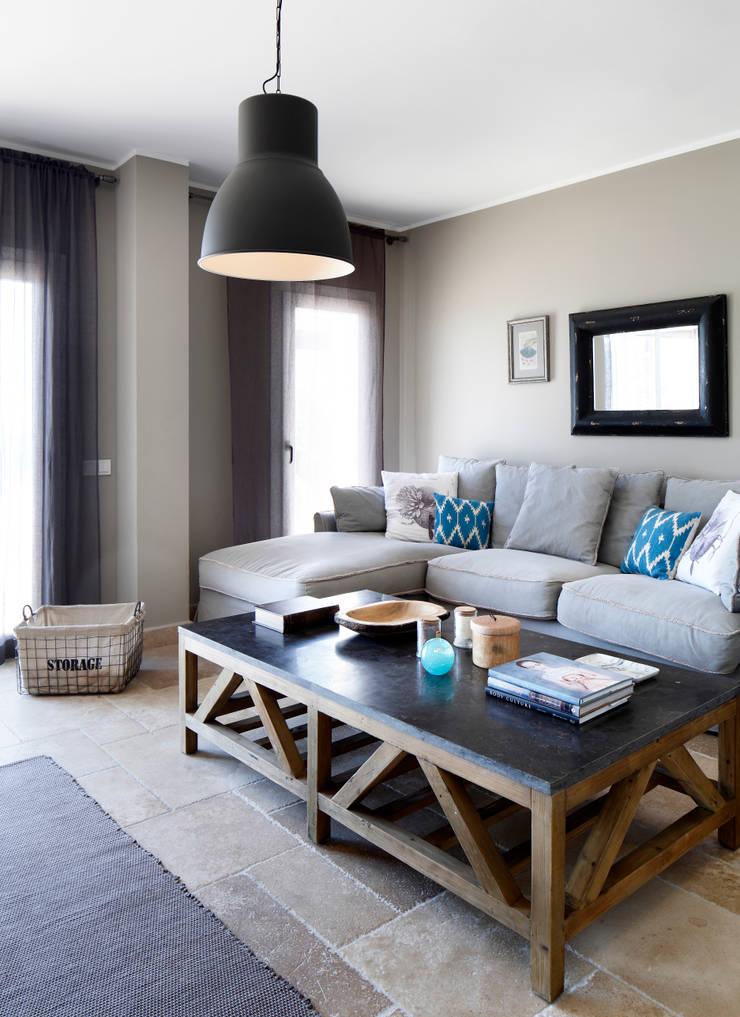 EK SUMMER HOUSE:  Living room by Esra Kazmirci Mimarlik,