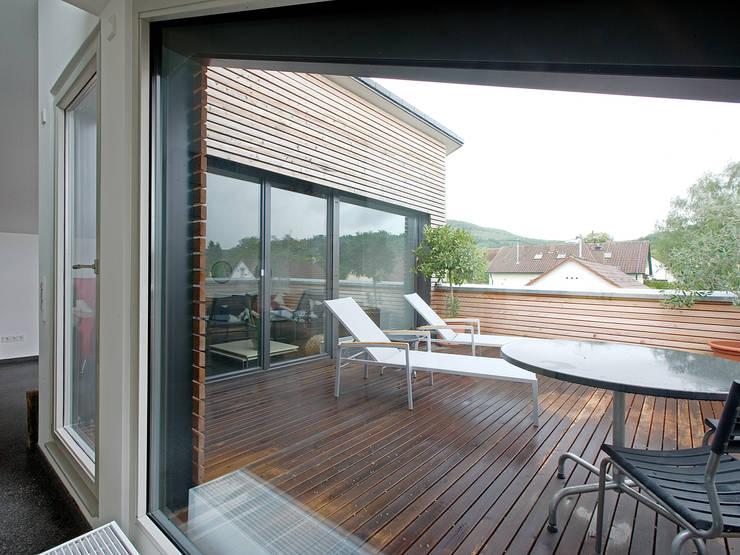 Terrazas de estilo  por Gaus & Knödler Architekten