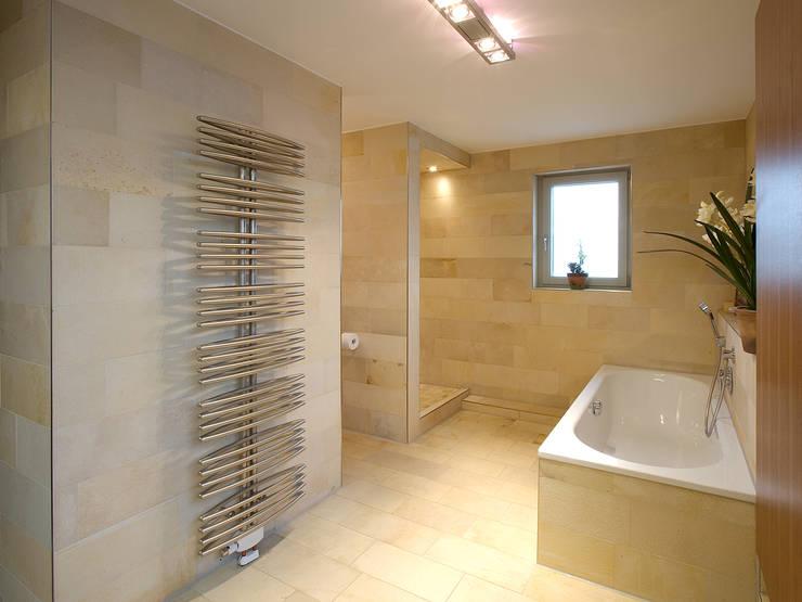 Projekty,  Łazienka zaprojektowane przez Gaus & Knödler Architekten