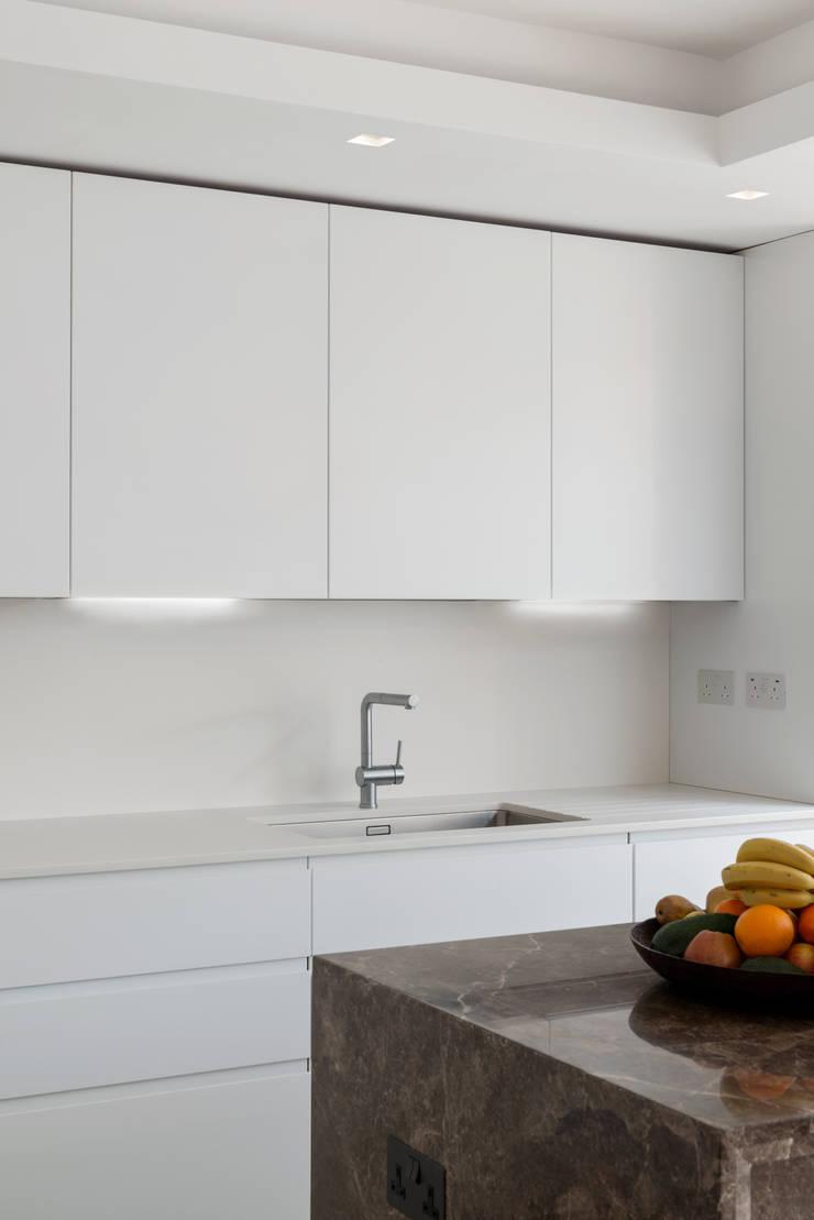Kitchen:  Kitchen by DDWH Architects