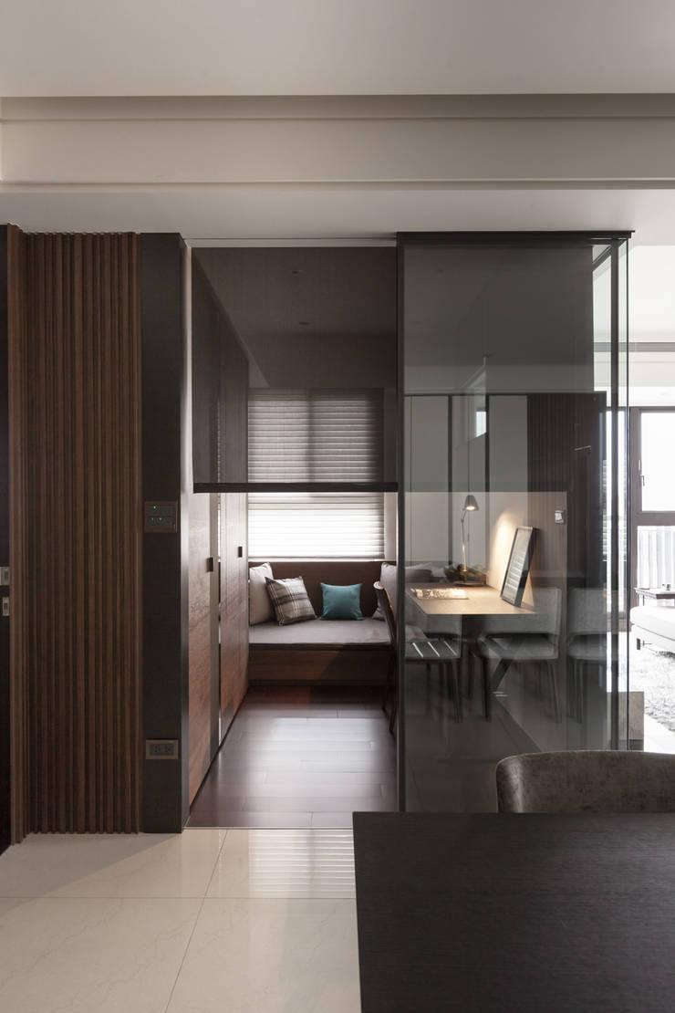 台北洪宅:  書房/辦公室 by 大觀室內設計工程有限公司