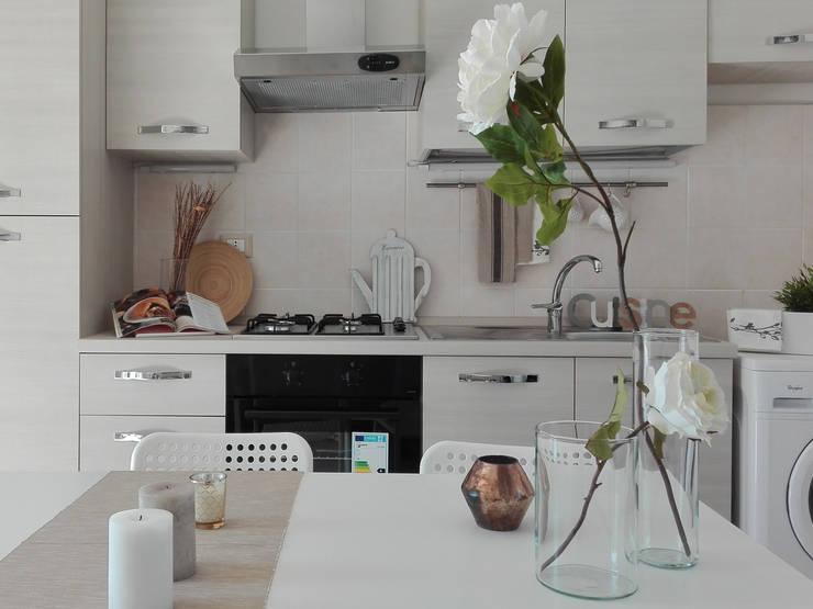 HOME STAGING IN  UN BILOCALE  DUPLEX : Cucina in stile  di Sonia Santirocco architetto e home stager