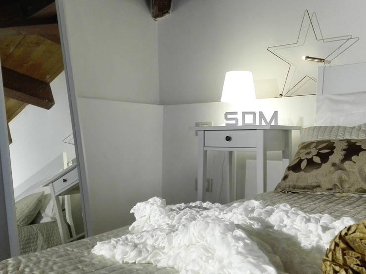 HOME STAGING IN  UN BILOCALE  DUPLEX : Camera da letto in stile  di Sonia Santirocco architetto e home stager