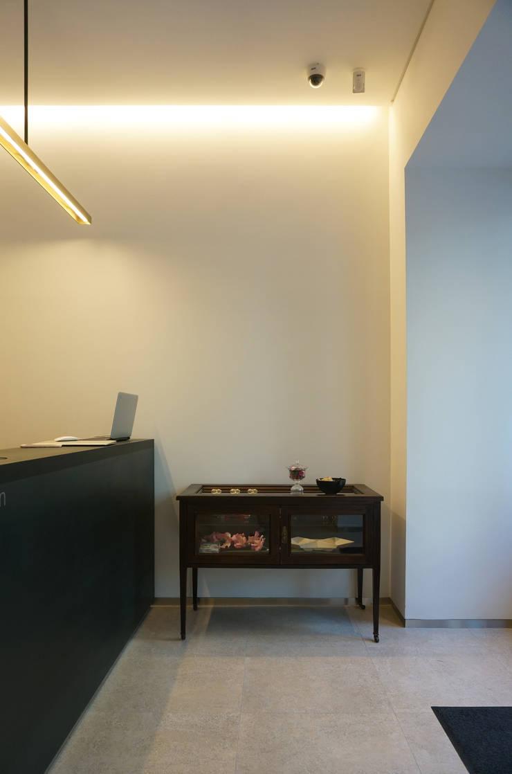 선릉역 한스헤어 인테리어: 블랭크건축사사무소의  거실,