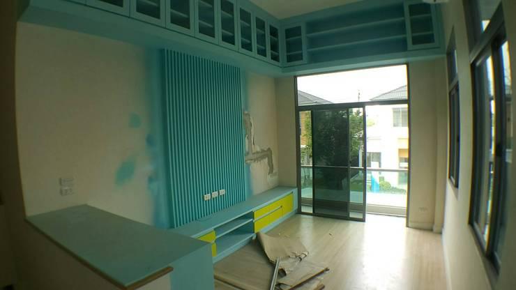 ออกแบบตกแต่งบ้านพักอาศัย 2 ชั้นสไตล์มินิมอล:   by WDS Interior Design