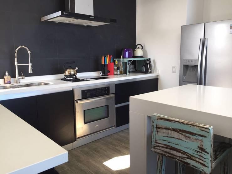 COCINA: Cocina de estilo  por Mobiliarios y Proyectos Tresmo Ltda