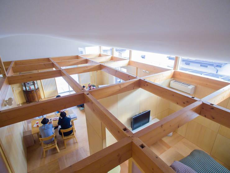 ワンルームの部屋配置: インデコード design officeが手掛けたリビングです。