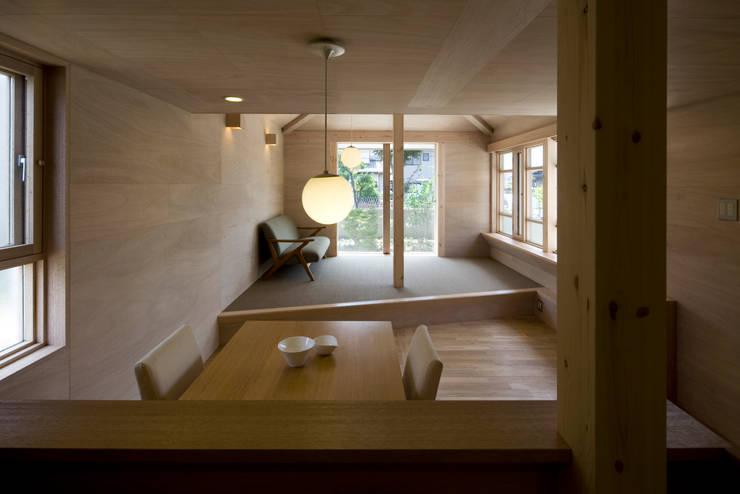 川越の住居/House in Kawagoe: 平山教博空間設計事務所が手掛けたリビングです。
