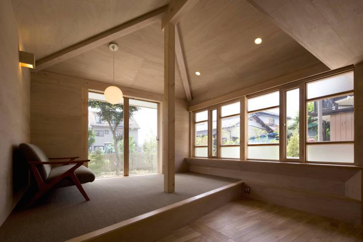 Livings de estilo ecléctico por 平山教博空間設計事務所