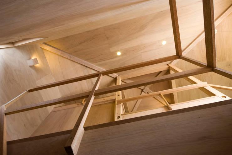 Pasillos y recibidores de estilo  por 平山教博空間設計事務所
