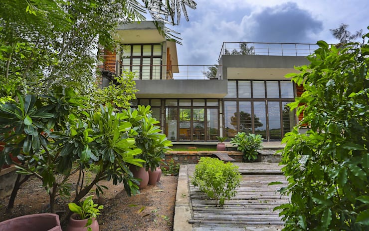 Villa Aaranyak:  Garden by prarthit shah architects