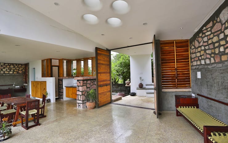 Villa Aaranyak:  Living room by prarthit shah architects