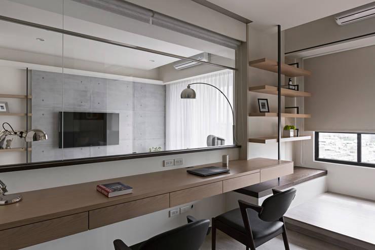 藍色。愛情海:  書房/辦公室 by 共禾築研設計有限公司