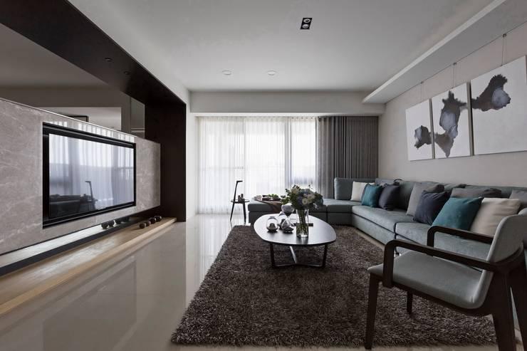 轉出。質感:  客廳 by 共禾築研設計有限公司