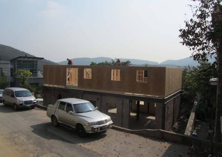 2층 목조증축1: Design Guild의  주택