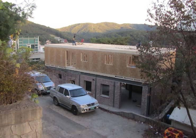 2층 목조증축2: Design Guild의  주택