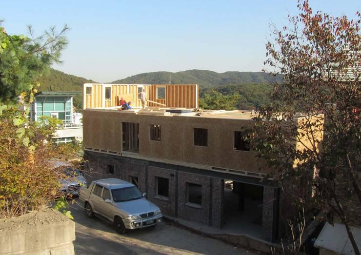 2층 목조증축3: Design Guild의  주택