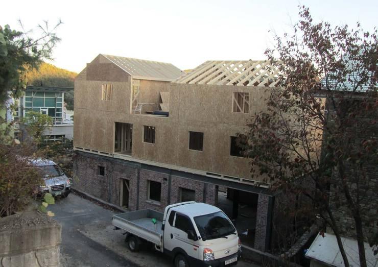 3층 목조증축1: Design Guild의  주택