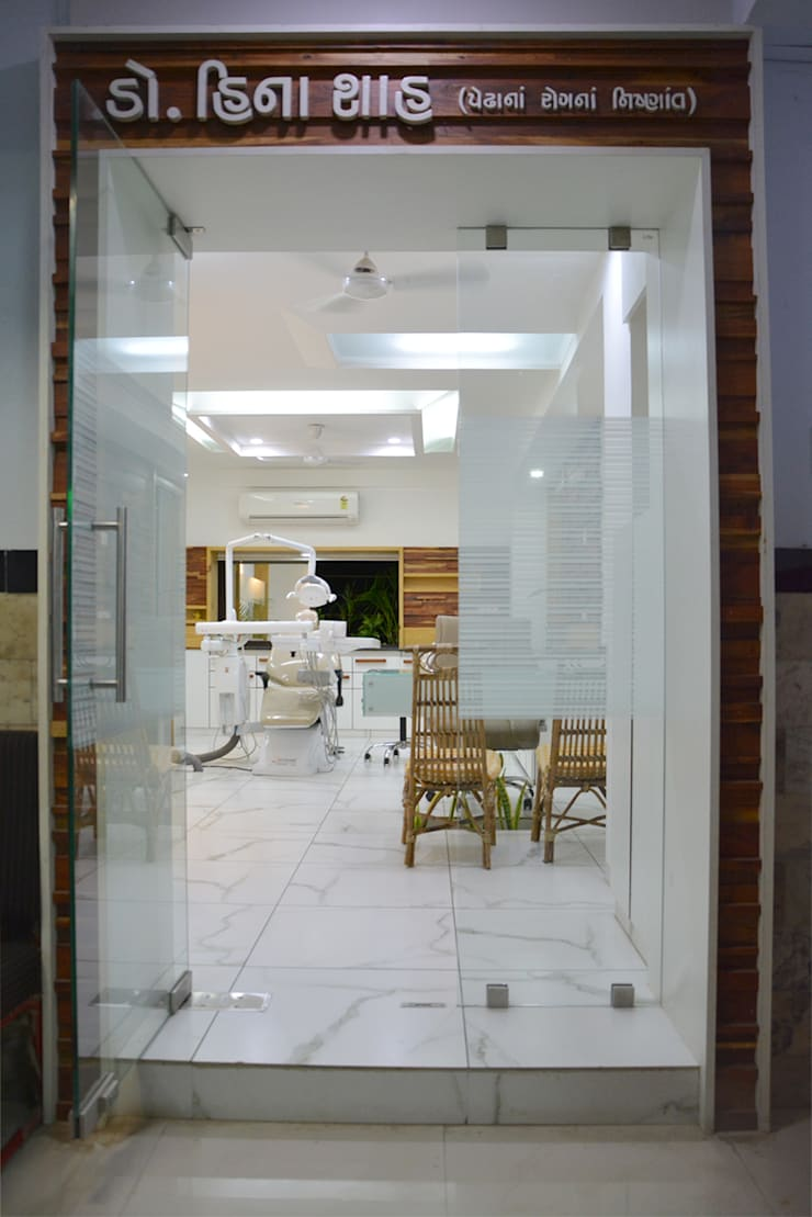 dental clinic @ prarthna hospital:  Corridor & hallway by prarthit shah architects,Modern Solid Wood Multicolored