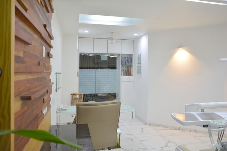 consulting - dental clinic @ prarthna hospital:  Study/office by prarthit shah architects,Modern