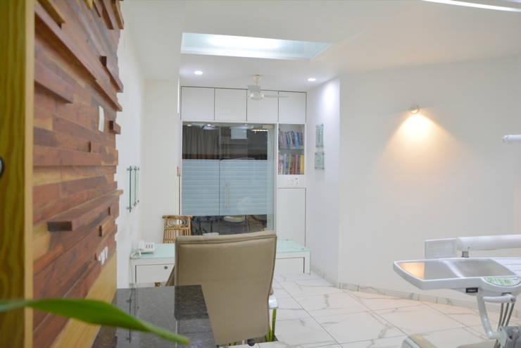 Dental Unit @ Prarthna Hospital: modern Study/office by prarthit shah architects
