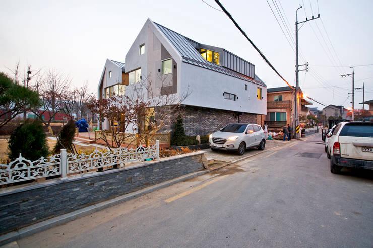 암사동 주택  <상생제> 2가족이 사는집: Design Guild의  주택