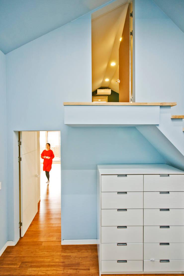 암사동 주택  <상생제> 2가족이 사는집: Design Guild의  아이방