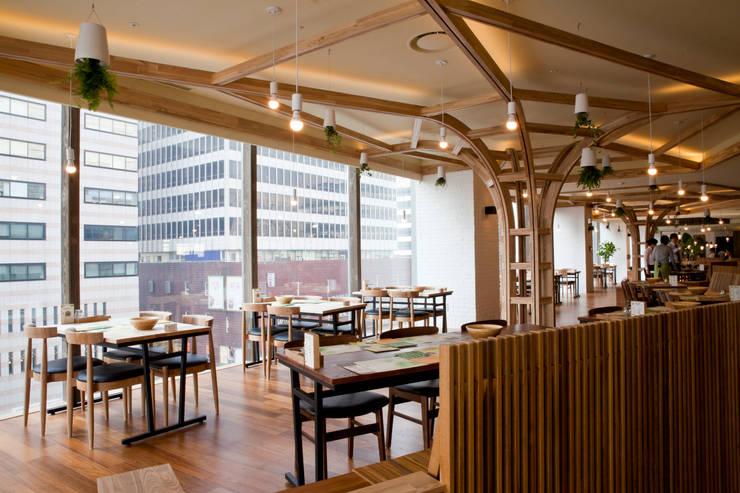 URBAN PICNIC (레스토랑 인테리어): Design Guild의  실내 정원