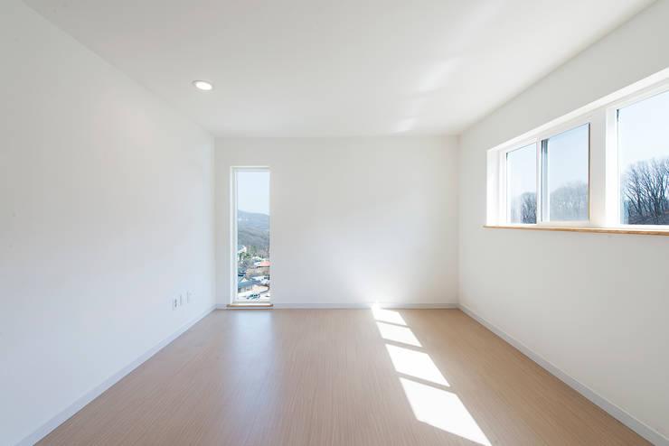 2 in 1 HOuse ( Living + Work ): Design Guild의  침실