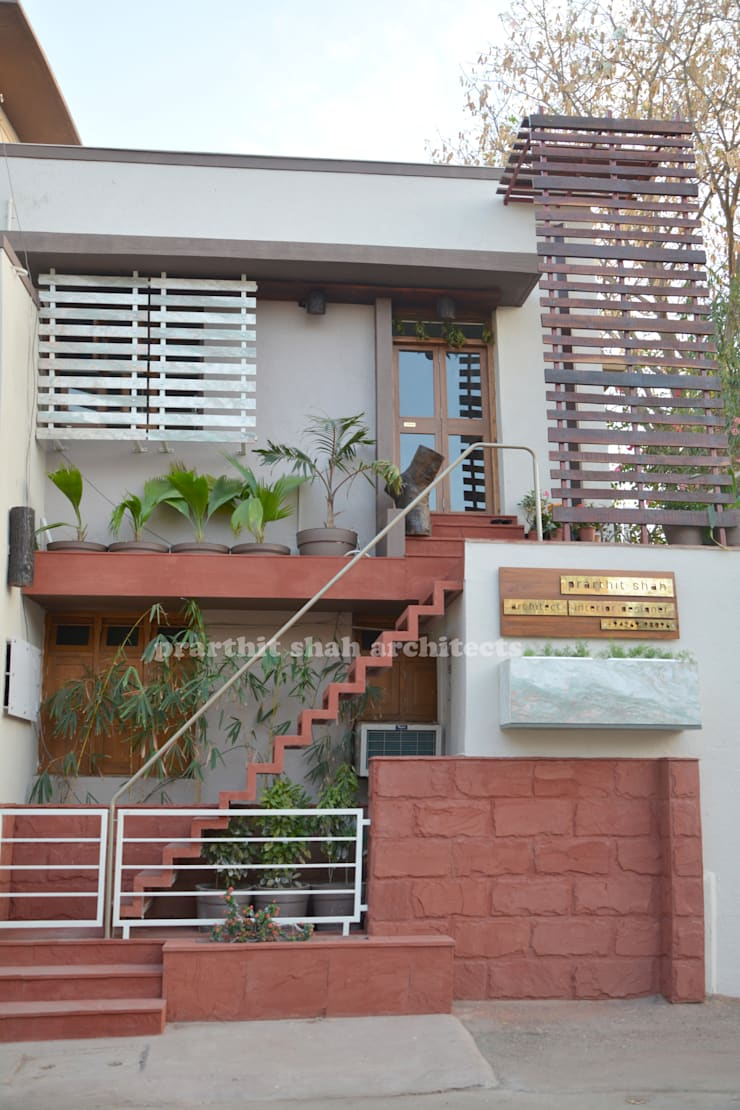 Architect's Office and Home @ Sarvodaya First Floor:  Houses by prarthit shah architects
